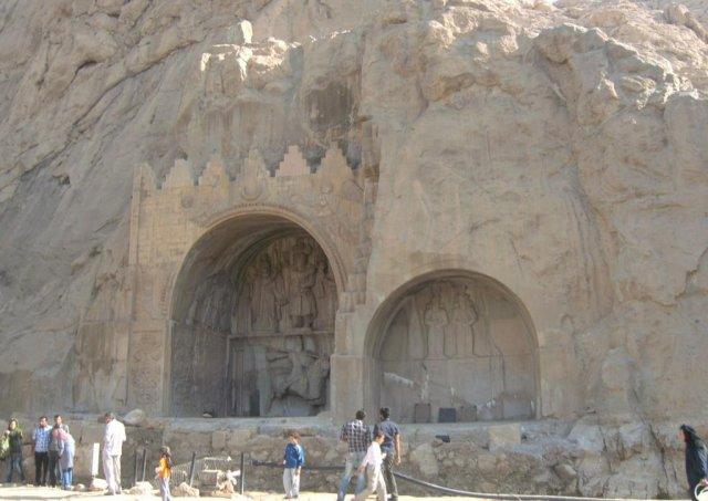 Скальные ниши с барельефами и надписями являются оригинальными памятниками четвертого века нашей эры