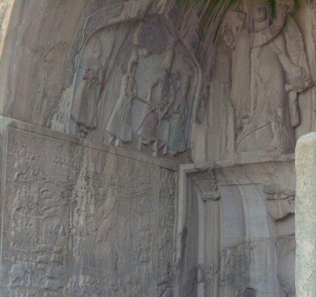 Верхний барельеф на левой стороне ниши изображает правителя на троне, принимающего посетителей.
