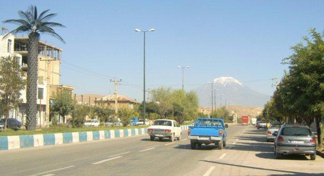 На главной улице приграничного города Базарган. Вдали видна гора Арарат с ее заснеженной вершиной.