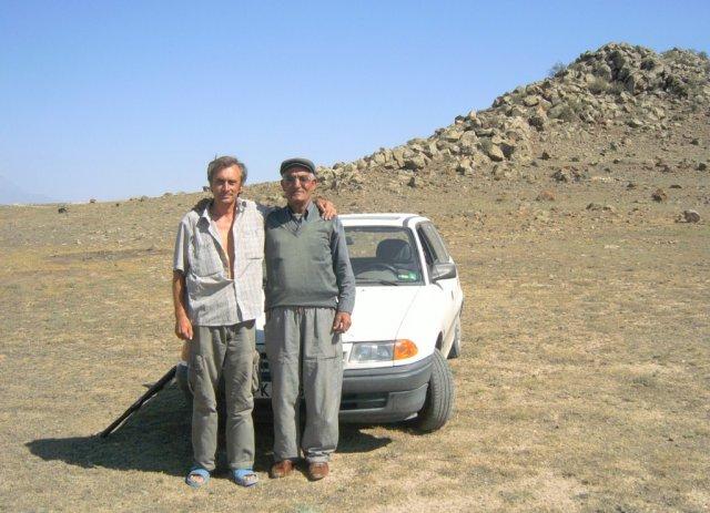 """С двумя из трех вооруженных курдов. Виден приложенный к переднему колесу """"Калашников""""."""