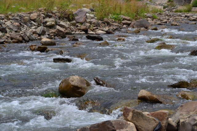 Горная река с кристально чистой водой.