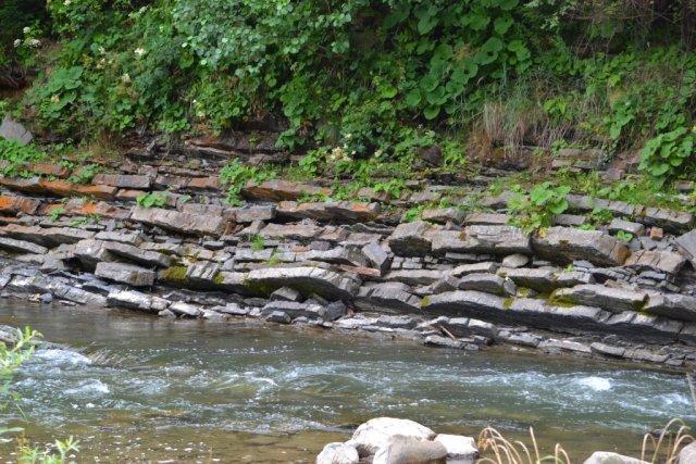 А вот из этих берегов делается облицовочный камень.