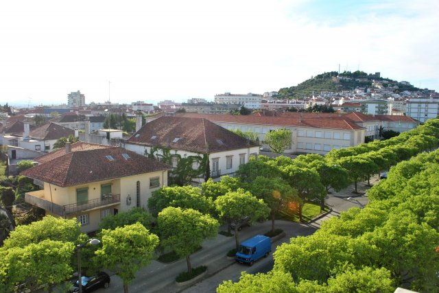 Вид на одну из центральных улиц Каштелу Бранку. На заднем плане виден холм с исторической частью города.