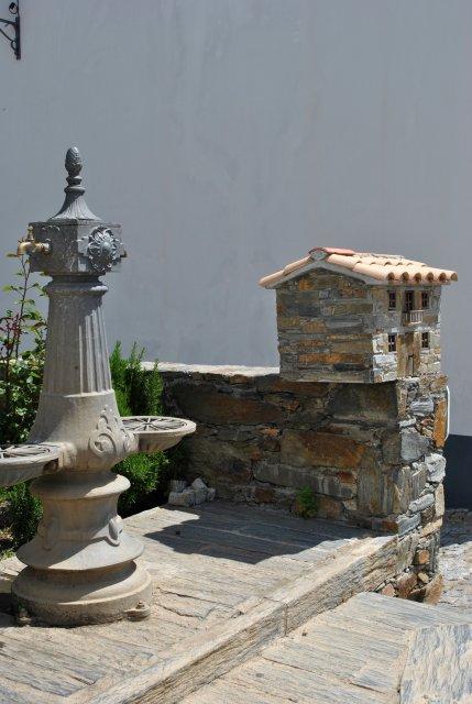 Скульптура-домик. Рядом со старинным, но совершенно рабочим водопроводным питьевым краном.