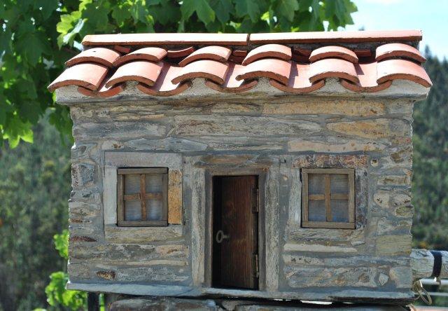 Ещё одна скульптура-домик.
