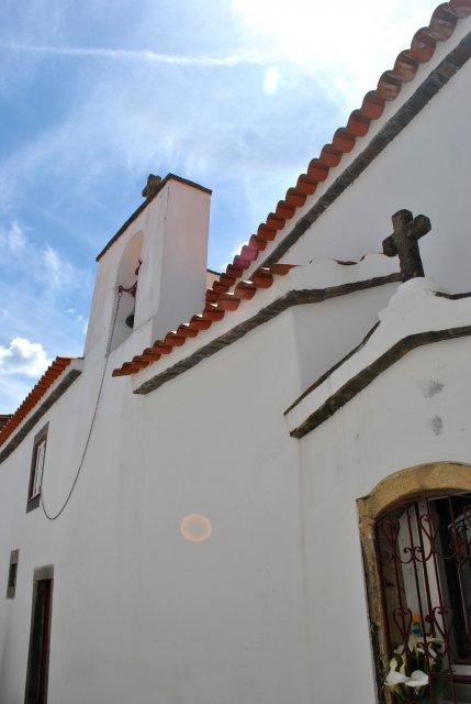 Церковь в Алвару, где в одной из частей ведутся раскопки.
