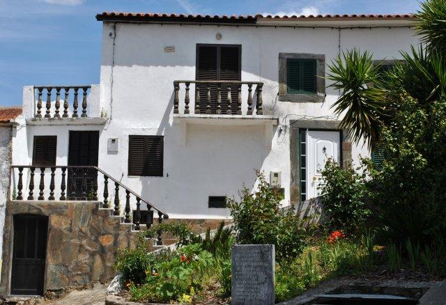 Ещё один дом на въезде в деревню Алвару.