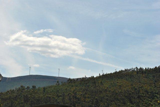 Вид из Алвару. Слева видны две крайних (в длинной цепи) ветряных электростанции.