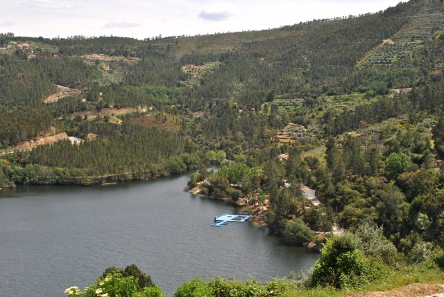 Река Зезере у Алвару. Хорошо видна купальня справа у берега.