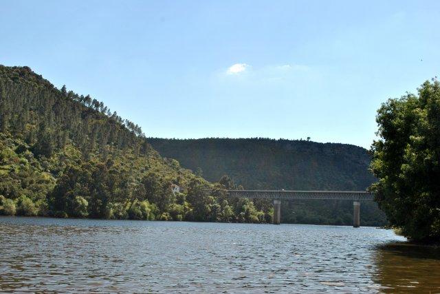 Мост через Тежу. Вид с берега из города Вила Велья ди Родау.