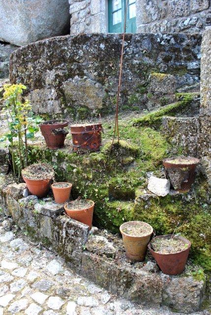 В двориках Монсанту очень много цветов в горшках.