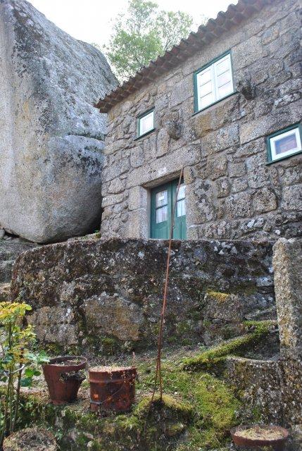 Старинный жилой двор в Монсанту.