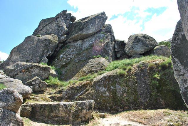 Тропинка из Монсанту на вершину горы, к крепости.
