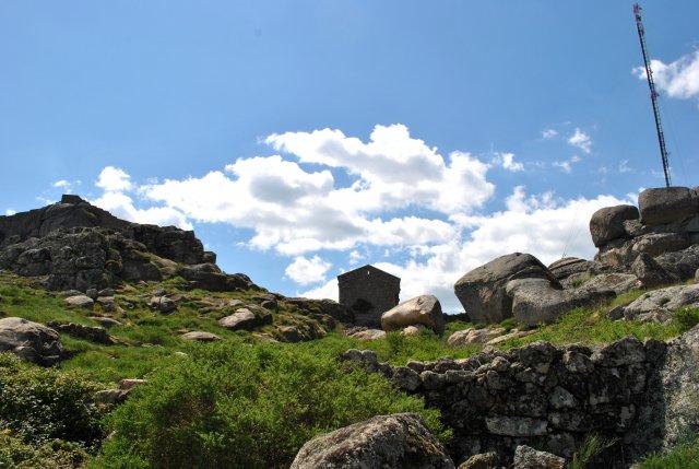 Территория старинного монастыря возле крепости Монсанту.