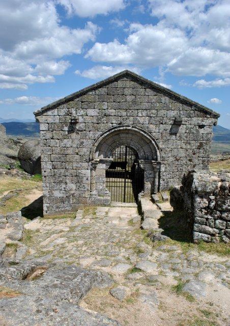 Церковь старинного монастыря у крепости Монсанту.