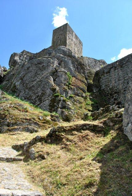 Крепость Монсанту. Вид снизу, от главного входа.