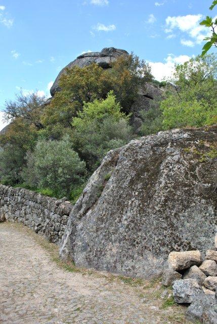 Старинная дорога из крепости Монсанту в посёлок.