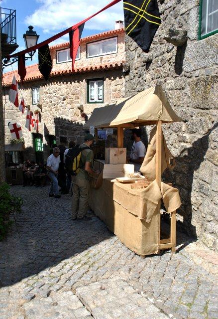 Выставка-продажа вкусностей в Монсанту по случаю праздника.