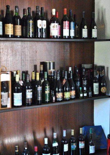 В дегустационном зале винного производства в городе Ковилья.