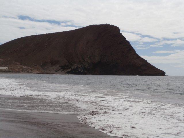 Пляж Ла Техита с серым песком