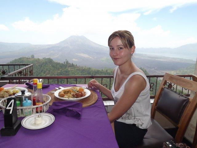 На фоне вулкана Батур
