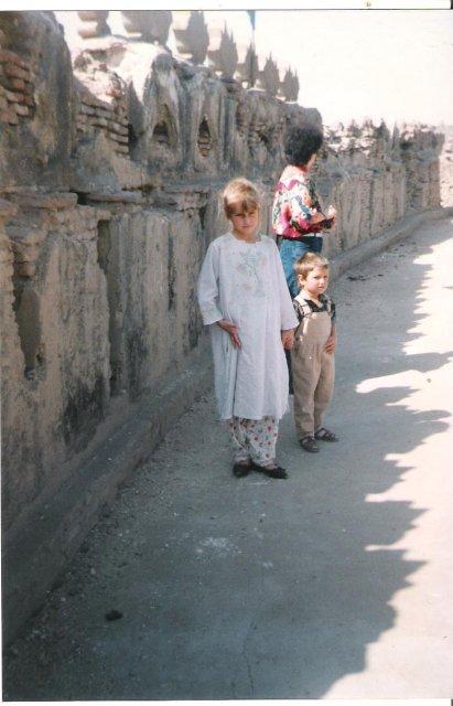 Дочь и сын на стенах старого форта