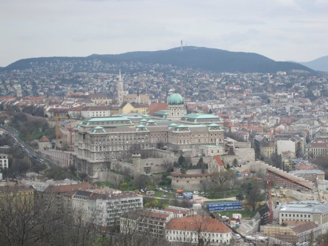 Вид на Будайскую крепость с горы Геллерт