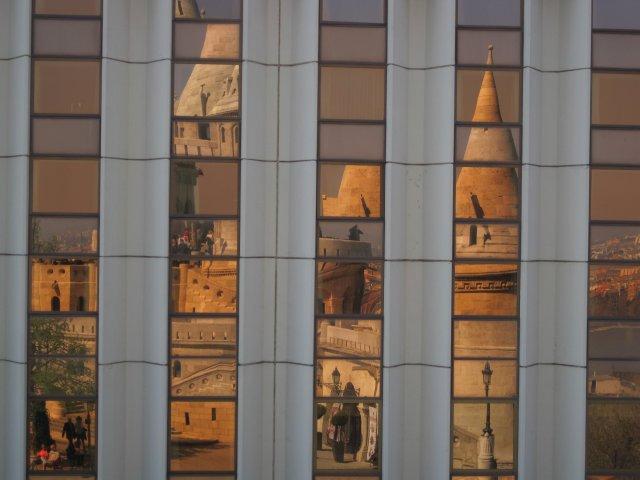 Отражение Рыбацкого бастиона в окнах здания напротив