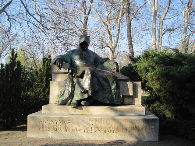 Памятник Анонимнусу - неизвестному монаху-летописцу