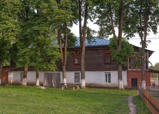 Братский корпус на территории Покровского Климовского мужского монастыря в поселке Климово Брянской области.