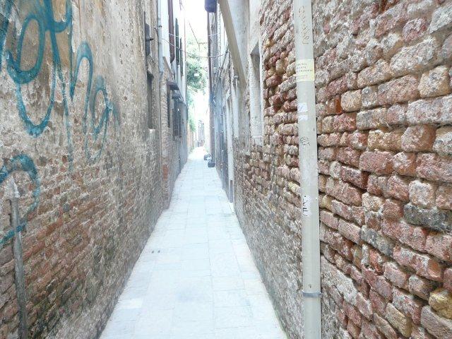 Есть в Венеции самая узкая улица - 52 см, оказалась не она.