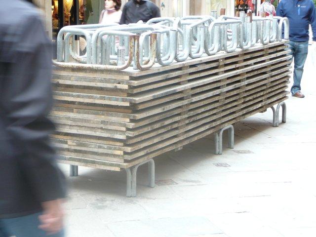 Такие подставки для передвижения пешеходов используют  во время приливов.