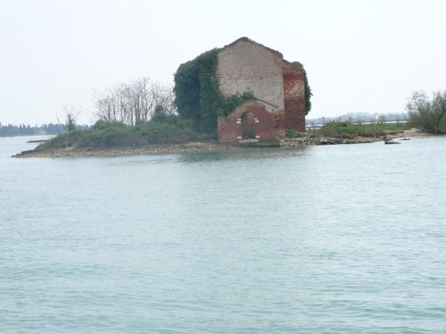В лагуне масса таких одиноких островков. Когда-то здесь, наверное. кто-то жил.