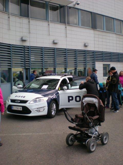 В полицейской машине можно все рассмотреть, потрогать и посидеть