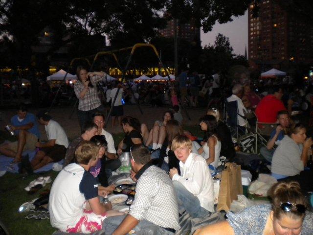 Пикник в парке, слушаем джазовую музыку, Чикаго, США
