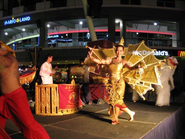 Тайские танцы безумно красивы - это образец грации пластики  и высочашего мастерства