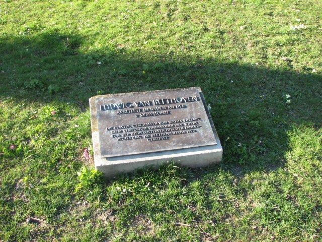 Памятная доска в о посещении парка крмпозитором