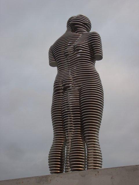 Батуми. Металлическая скульптура «Любовь». В любое время суток возле нее людно