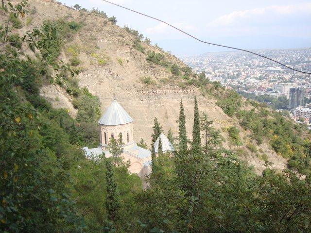 Тбилиси. Спуск от фуникулера, который в данный момент на ремонте. Внизу слева храм, где  Илья Чавчавадзе, Звиад Гамсахурдиа, Ал
