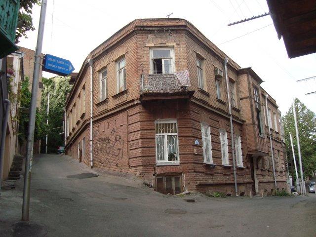Тбилиси. Многие старинные дома реставрируются, придет черед и этому. Надеемся, что реставрация оставит дому ауру старины