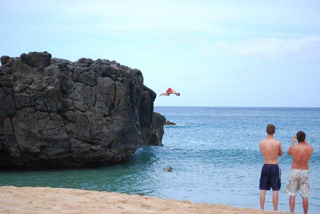 Островок на пляже Ваймео, остров Оаху, Гавайи