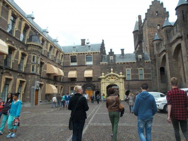 Слева - одна из палат Парламента