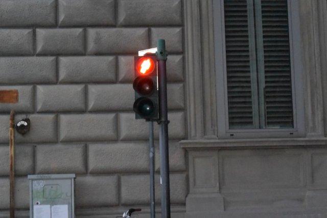 А это - светофор в Пизе, забыла вчера в запись вставить.