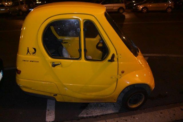 Просто очень маленькая машинка. По Флоренции их много бегает.