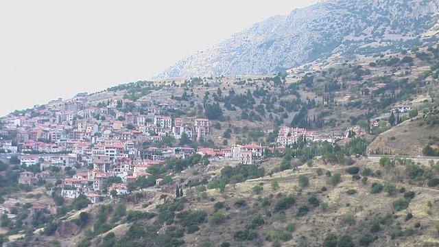 Белые домики с красными крышами