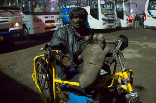 Инвалид на вокзале, Агра, Индия