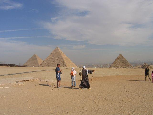 Пирамиды Гизы на фоне Каира, Египет