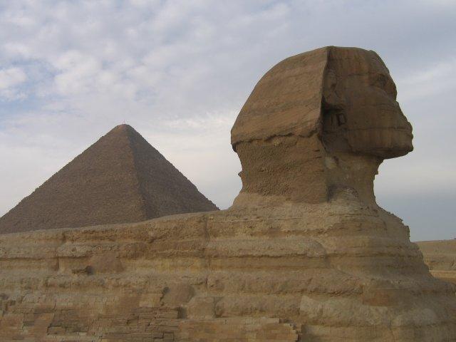 Сфинкс на фоне пирамиды Хеопса, Египет