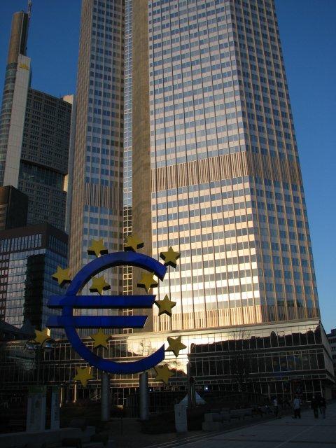 Символ евро на фоне штаб-квартиры Европейского центрального банка, Франкфурт-на-Майне