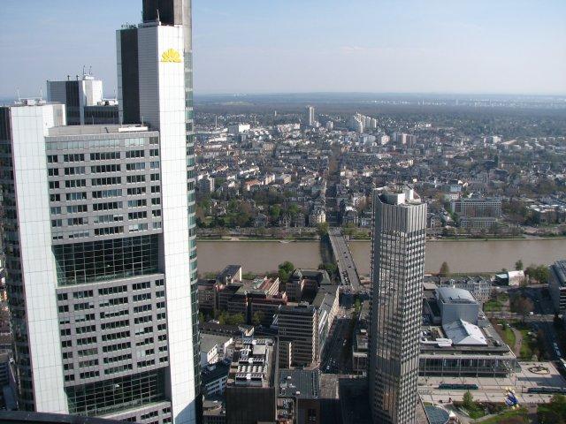 Вид со смотровой площадки на небоскребы и реку Майн, Франкфурт-на-Майне
